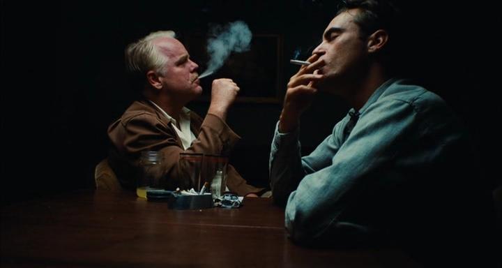 Philip Seymour Hoffman (kiri) dan Joaquin Phoenix (kanan) dalam The Master