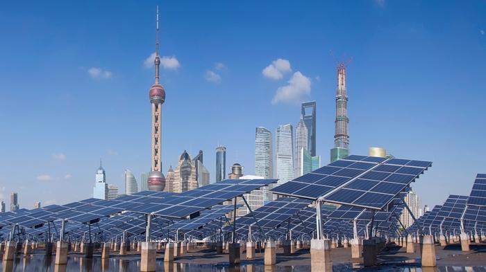 listrik tenaga surya - Shanghai Bund skyline landmark/Jeff Hu